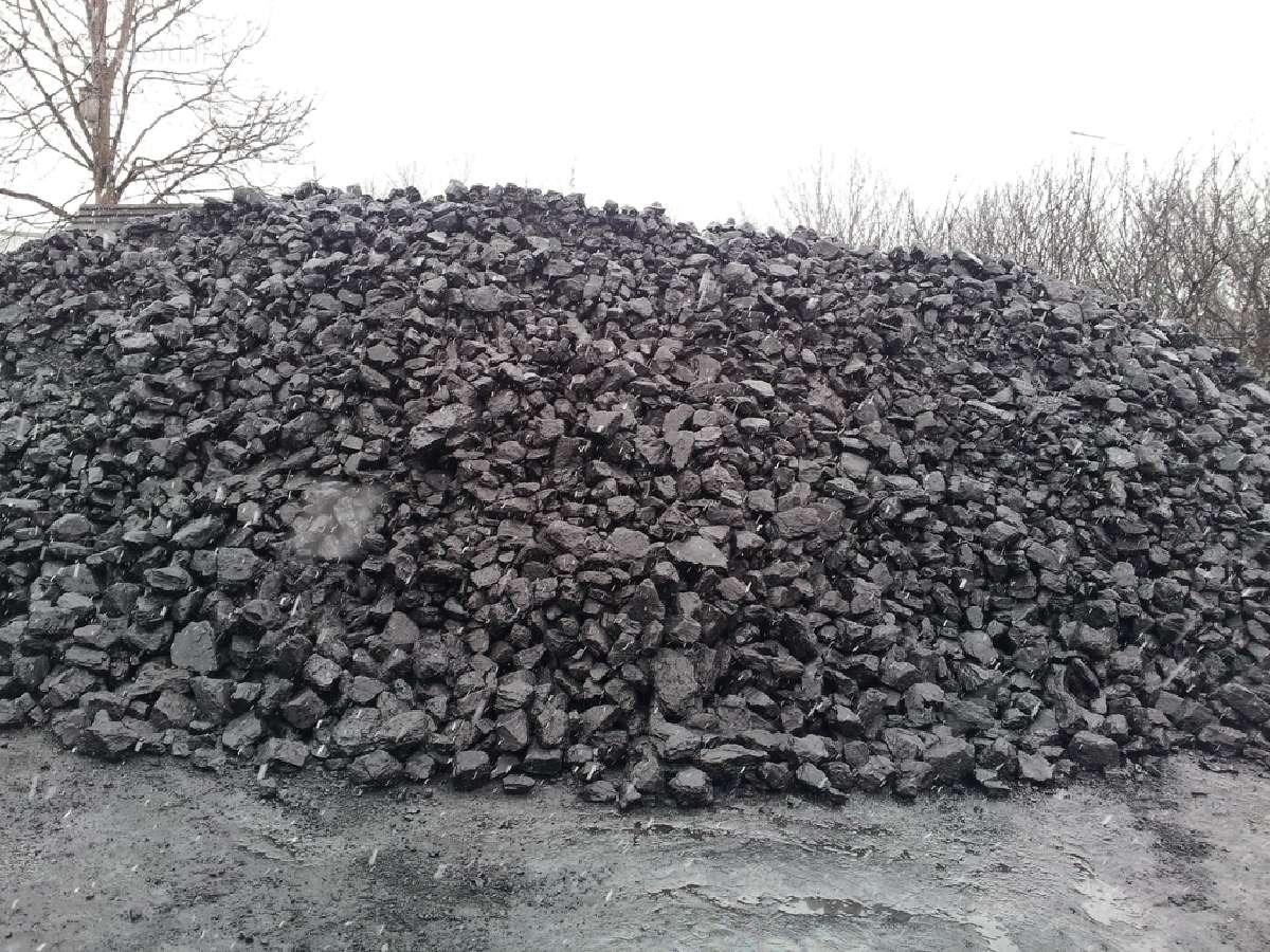 Akmens anglis kaina