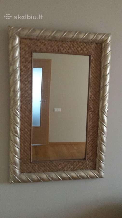 Prancūziško stiliaus veidrodis su raudonmedziu.