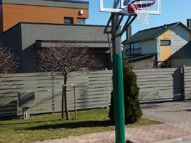 Rimtas krepšinio stovas prie namų