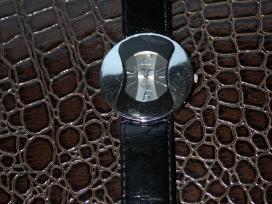 Juodas lakine grandinėle laikrodis