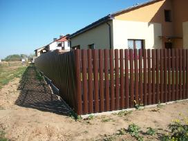 Metalinės skardinės segmentinės tvoros tvėrimas
