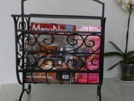 Namų interjero detalė-žurnalų laikraščių stovelis