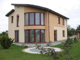 Šiuolaikinis namas su puikia aplinka ir vidumi