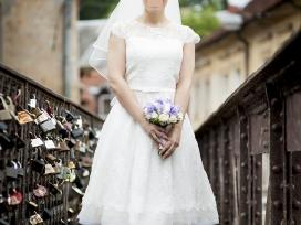 A tipo siuvinėta neilga vestuvinė suknelė