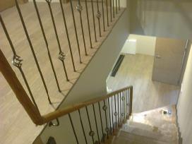 Laiptai turėklai balkonėliai stogeliai .