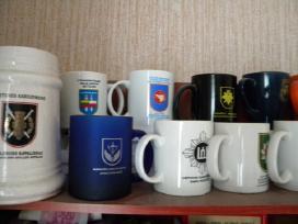 Pirksiu puodelius su kariuomenės logotipais