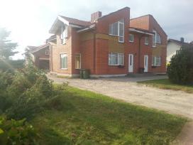 Namas dviems šeimoms ir ūkinis su dviem butais