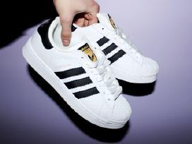 Adidas Superstar vietoje
