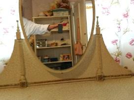 Provanso stiliaus spintele su veidrodziu
