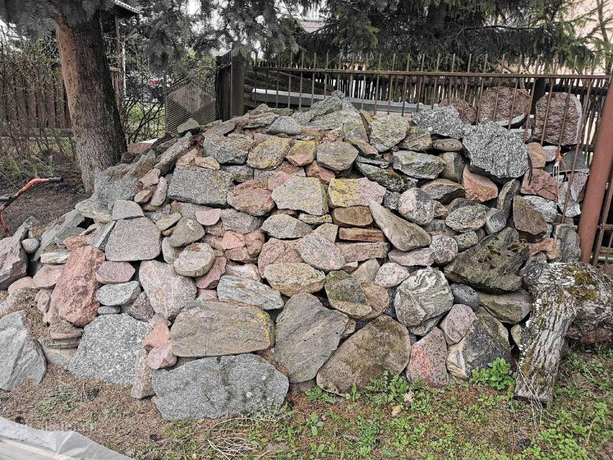 Skaldyti akmenys, yra apie 40 t.