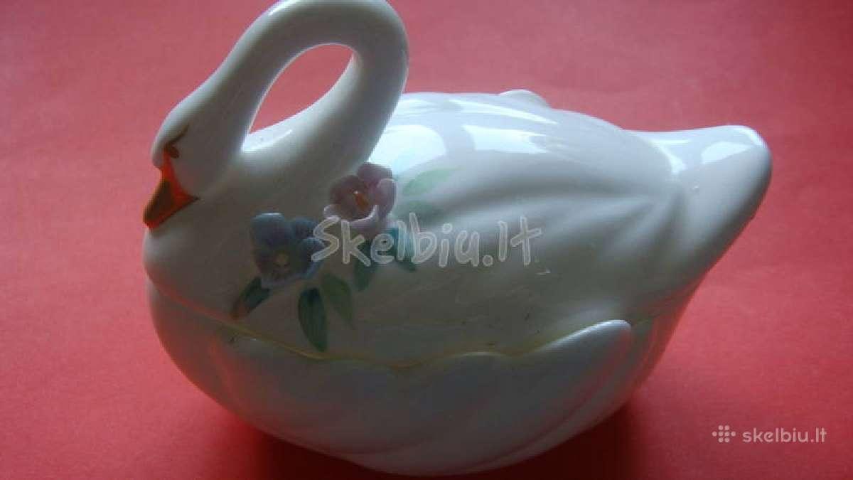 Porcelianinė dežutė.