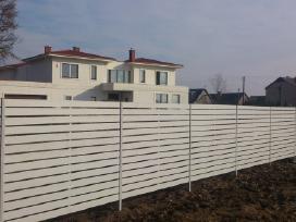Medinė horizontalių lentelių tvora.