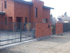 Metalinių strypų vartai su automatika.