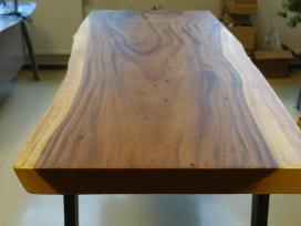 Išskirtinis stalas su metalinėmis kojomis