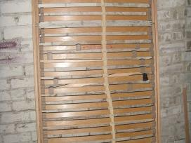 Tvirtos lovos groteles su pakeliamu mechanizmu