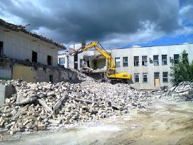Griauname pastatus, statybinio laužo malimas