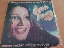 Plokštelę iš 2dalių dainuoja Sofija Rotarų