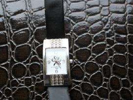 Juodas laikrodis su dvigubu dirželiu
