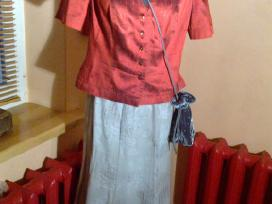 Apelsininis švarkelis su pilku sijonu ir rankinė