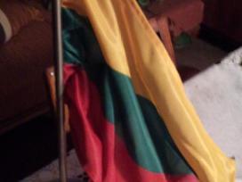 Lietuvos Respublikos vėliava ant metalinio stovo