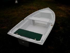Pilnai dviguba trimarano tipo valtis