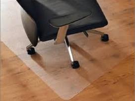 Grindų apsaugai: permatomas kilimėlis po kėde