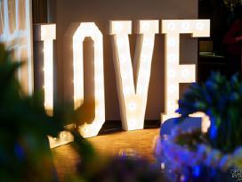 Šviečiančios raidės Love ir Meilė