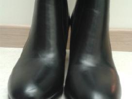 Juodi be pašiltinimo ilgaauliai batai