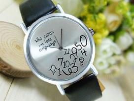 Įvairių dizainų ir spalvų laikrodžiai