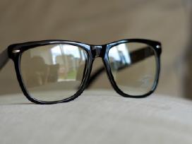 Nerd madingi ir stilingi akiniai. Turime daug