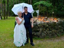 Vestuvinė suknelė su smaragdo žalios akcentais