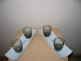 4 stikliukai su padėkliukais
