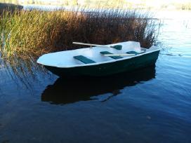 Keturvietė praukštintu bortu trimarano tipo valtis