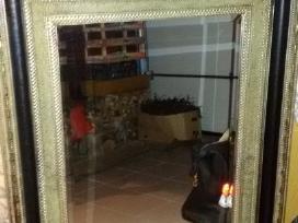 Didelis veidrodis su medenos remu .