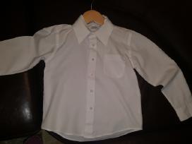 Balti berniukiški marškiniai.