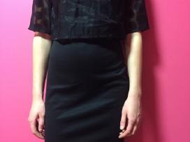 Nauja juoda aptempta suknelė su laisvu viršum