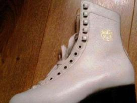 Pačiūžos figūrinės, balti odiniai batai, Čekija