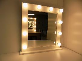 Makiažo veidrodis su apšvietimu