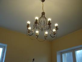 Aštuonių lempučių auksintom detalėm šviestuvas