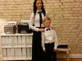 Mokinys su mokytoja po koncerto