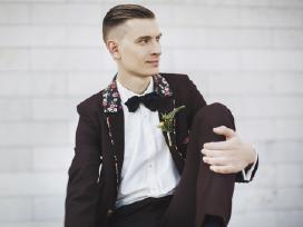 Bordo spalvos vestuvinis kostiumas