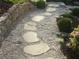 Skaldytos akmens plokštės, pėdos, plytelės takams