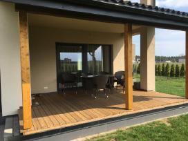Įrengiamos medinės lauko terasos visoje Lietuvoje