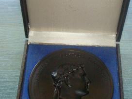 Medalis pagamintas iš anglies