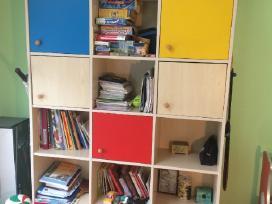 Rašomasis stalas ir spinta vaiko kambariui