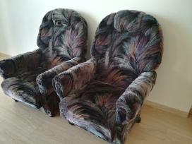Du veliurinio gobeleno foteliai