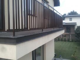 Stogeliai virs lauko duru balkonu tureklai