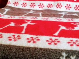 Šiltas ir jaukus vilnos pluošto pledas su briedžia