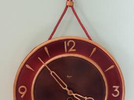 Rusiskas senas sieninis laikrodis majak