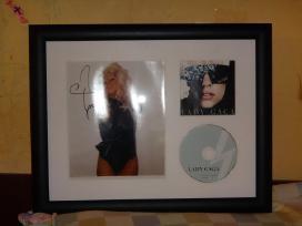 Lady Gaga nuotrauka su jos autografų